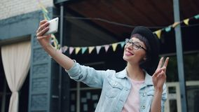 采取与智能手机的可爱的年轻浅黑肤色的男人画象selfie outdoos 股票视频