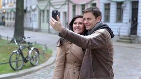 采取与智能手机的夫妇自画象 股票录像