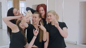 采取与智能手机的小组美丽的年轻女人一selfie在杆舞蹈课期间 股票视频