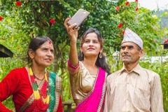 采取与智能手机的愉快的亚裔女孩selfie 免版税库存照片