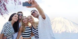 采取与智能手机的朋友selfie 图库摄影