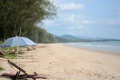 采取与沙子海和天空的休息 图库摄影