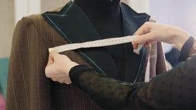 采取与测量的磁带的裁缝措施在时装模特 影视素材