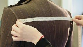 采取与测量的磁带的裁缝措施在时装模特 股票录像