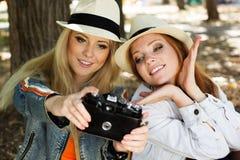 采取与照相机的两个少年女孩selfe 免版税库存图片