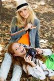 采取与照相机的两个少年女孩selfe 免版税库存照片