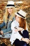 采取与照相机的两个少年女孩selfe 免版税图库摄影