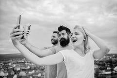 采取与照相机的愉快的最好的朋友selfie 电话的朋友 免版税库存照片