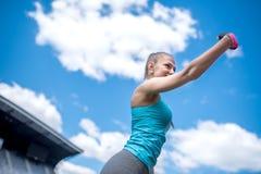 采取与电话照相机的一名俏丽的妇女的画象selfie 现代健身概念 图库摄影