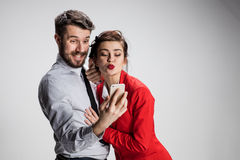 采取与电话照相机的两个同事朋友selfie 免版税库存图片