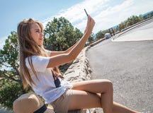 采取与电话的青少年的女孩selfie 库存图片