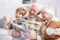 采取与祖父母的男孩selfie 免版税图库摄影