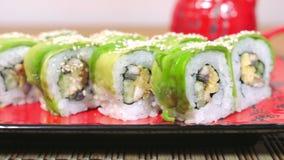 采取与筷子移动式摄影车射击4K的绿色寿司 影视素材
