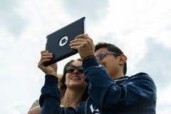 采取与苹果计算机iPad的游人Selfie 免版税库存照片