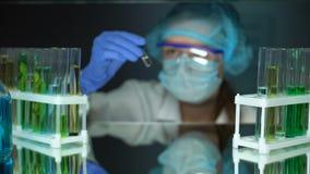 采取与透明液体的研究员一次用量的针剂,反毒素研究,疗程 影视素材