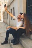 采取与iphone的夫妇自画象 美丽的夫妇年轻人 免版税库存照片