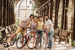 采取与monopod的小组骑自行车者selfie 库存图片