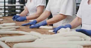 采取从一位面包店架子工作者的录影细节面包店揉的面团的准备好对烹调有机 影视素材