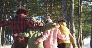采取从一起享受时间的后面小组的录影朋友在多雪的森林中间他们感觉非常 股票视频