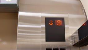 采取从五的人的行动电梯到一个地板 股票录像