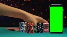 采取从大胜利的夫人一百美元票据,绿色屏幕智能手机,应用程序 股票录像