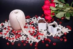 采取从您喜爱的钩针编织爱好的一个咖啡休息 图库摄影
