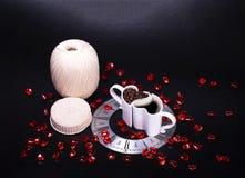 采取从您的钩针编织项目的一个咖啡休息 免版税库存图片