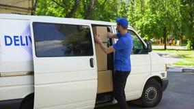 采取从搬运车,小包发货服务的男性交付工作者纸板箱 影视素材