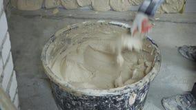 采取从桶的建造者播种的射击膏药有油灰刀的 影视素材