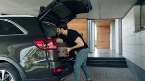 采取从汽车的帅哥手提箱在豪华房子里 有钱人回家 股票录像