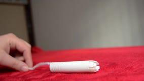 采取从红色毯子- PMS概念的妇女手棉塞 股票录像