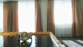 采取从表的一个人一块手表 库存图片