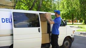 采取从送货车的小包箱子和显示赞许的邮政办公室工作者 股票视频