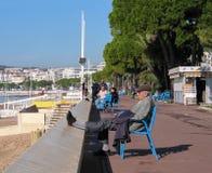 采取休息的人们在大道de la Croisette 免版税图库摄影