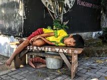 采取休息的印度尼西亚男孩 免版税库存图片