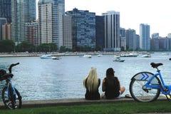 采取休息的女孩在街市芝加哥 库存图片