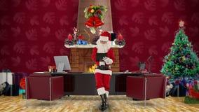采取关于一张剪贴板的圣诞老人笔记在他的现代圣诞节办公室,储蓄英尺长度 股票录像
