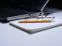 采取关于书的笔记与笔记本和铅笔 库存图片