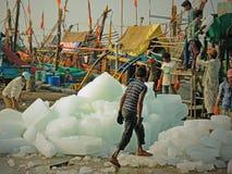 采取冰在印地安捕鱼船上 免版税图库摄影