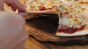 采取切片与舒展乳酪的自创比萨 股票视频
