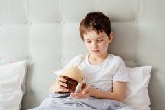 采取医学药片的孩子 免版税库存照片