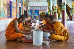 采取午餐的修士在Bakong修道院,柬埔寨 免版税库存照片