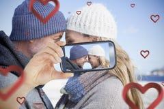 采取华伦泰selfie的夫妇 免版税库存图片