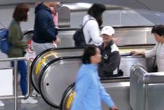 采取去的通勤者的行动自动扶梯对MRT平台在高峰时间在台北台湾 库存图片