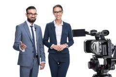 采取和看照相机的两个新闻广播员选择聚焦, 免版税库存照片