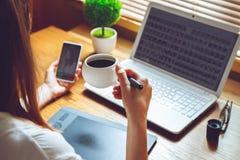 采取咖啡休息的妇女 免版税库存照片