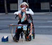 采取咖啡休息的年长小丑 库存照片