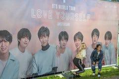 采取图片在广告牌在BTS音乐会前在Ziggo圆顶阿姆斯特丹荷兰2018年 免版税图库摄影