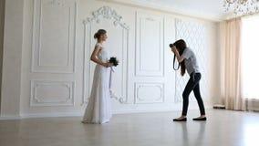 采取图片年轻性感的新娘的摄影师 股票视频
