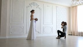 采取图片年轻性感的新娘的摄影师 股票录像